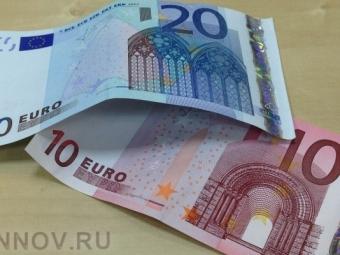 ЦентробанкРФ снизил официальные курсы доллара иевро назавтра