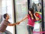 Впериод овуляции наженщин нападает приступ шопоголизма