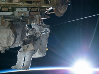 NASA опубликовало селфи космонавта, сделанное воткрытом космосе нафоне Земли