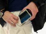 Ношение телефона в брюках может привести к импотенции