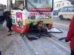 ВКемерове столкнулись автобус, такси икроссовер