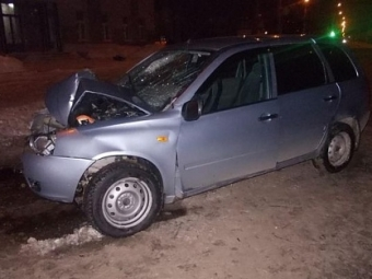 Легковушка врезалась вфонарь вВоткинске, пострадали двое