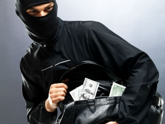 Барсетку с43-мя тысячами долларов отобрал упрохожего неизвестный