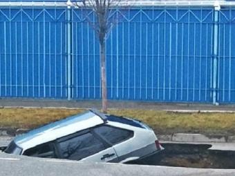 ВАрмавире машину из-под асфальта вытащили краном