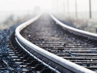 ВЯпонии поезд столкнулся сгрузовиком
