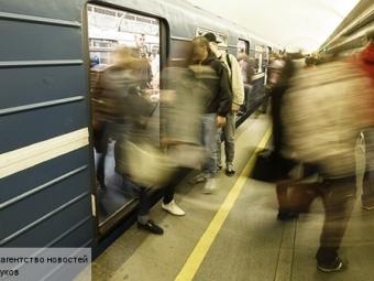 Вмосковском метро пьяный пассажир напал сножом наполицейского