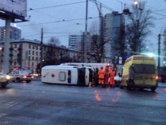 НаСветлановской площади столкнулись две скорые, фото