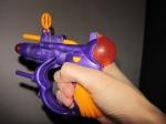 Вмасках, сигрушечным пистолетом