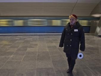 Вмосковском метро упал нарельсы пассажир