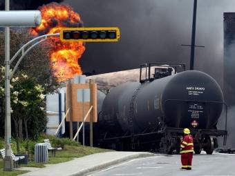 ВКанаде поезд снефтью сошел срельсов изагорелся