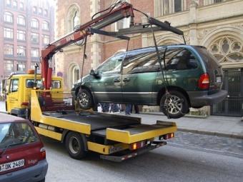 Водитель сребенком пытался отбить свой автомобиль уэвакуаторщиков