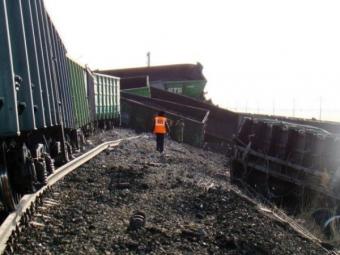 ВРостовской области произошел сход трех вагонов суглем