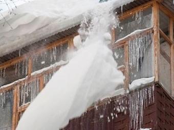 Огромный ком снега упал наженщину вНовосибирске