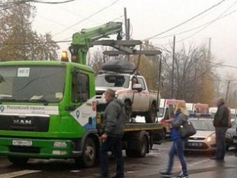 Москвич вцентре столицы забрался всвой погруженный наэвакуатор «Мерседес»