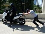 Встолице водитель похитил наместе ДТП сбитый имскутер