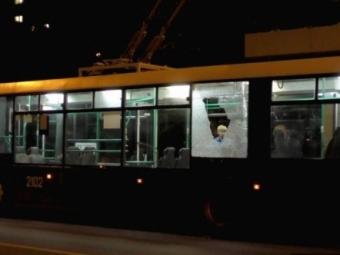 Встолице неизвестные обстреляли троллейбус