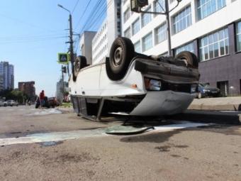 Ваварии сВАЗом-«перевертышем» вцентре Челябинска пострадали двое