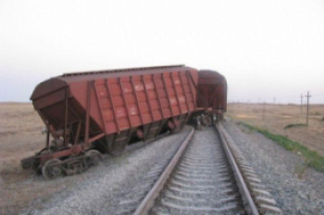 Под Оренбургом 27 вагонов товарного поезда сошли срельсов