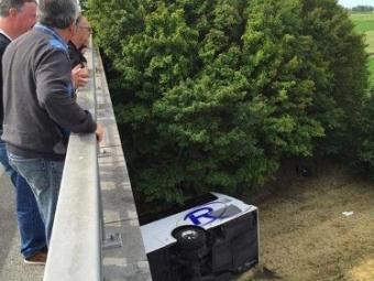 ВБельгии перевернулся туристический автобус сдетьми