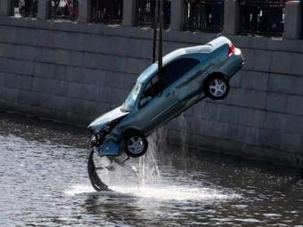 Нанабережной Обводного канала иномарка упала вводу