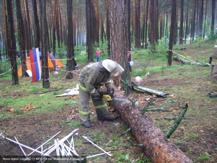 Упавшее вовремя урагана дерево убило 12-летнего мальчика вСарове