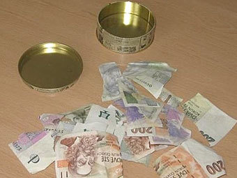 Чешка заработала на порванных банкнотах