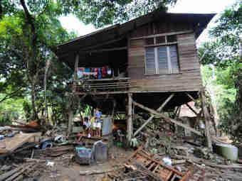 """Из-за тайфуна """"Уоши"""" на Филиппинах погибло больше 900 человек"""