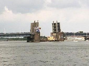 На севере Дании грузовое судно врезалось в мост