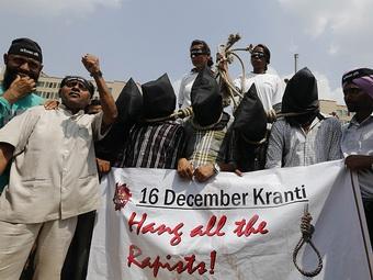 Участников группового изнасилования в Индии приговорили к повешению
