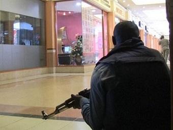 Кенийские боевики продолжают удерживать заложников в местном торговом центре