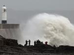 Сильный ветер и приливы продолжают бушевать у берегов Франции и Великобритании