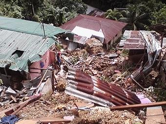 Как минимум 13 человек погибло в результате оползня в Индонезии