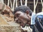 Индийский строитель ест кирпичи и грязь