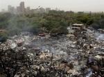Сильный пожар в Индии выжег половину трущобного городка