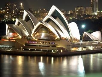 Пьяница пытался залезть на вершину городской оперы Сиднея