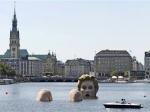 Скульптура купающейся блондинки в Гамбурге производит фурор