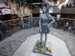 В Лондоне появился памятник Э. Уайнхаус