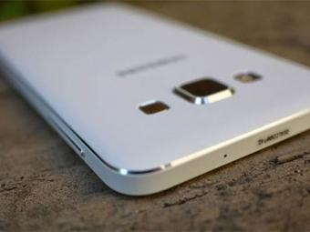 Самсунг представила смартфоны Galaxy J7 иGalaxy J5 сфронтальными вспышками