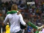 Французский тренер на руках отнес травмированного футболиста на поле
