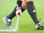 Английский арбитр покрасил футболиста исчезающим спреем
